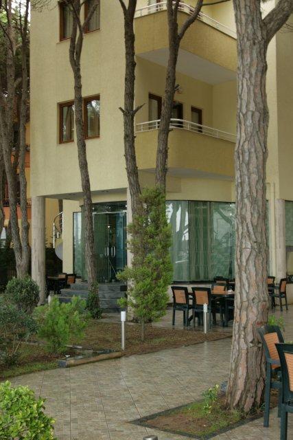 Территория отеля Kastrati