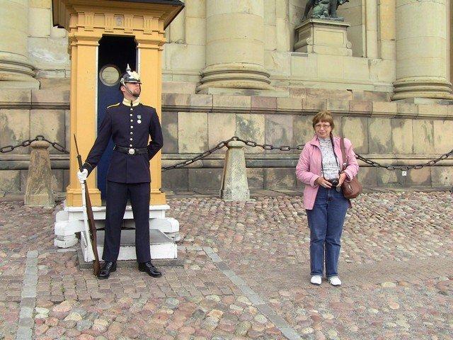 Рядом с гвардейцем у королевского дворца.
