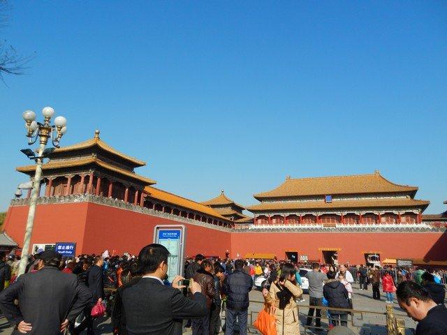 Желающие попасть во дворец перед парадными воротами