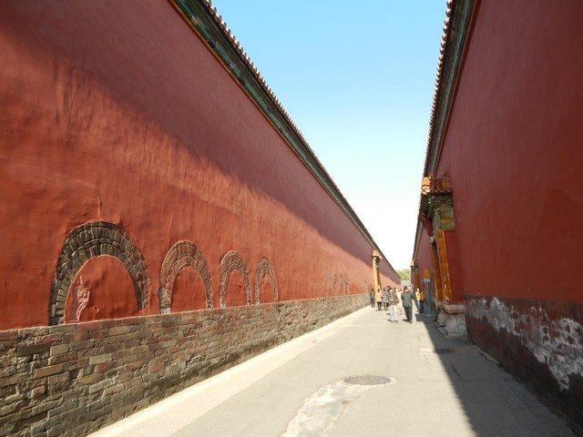 Стены между императорской частью дворца и жилыми строениями