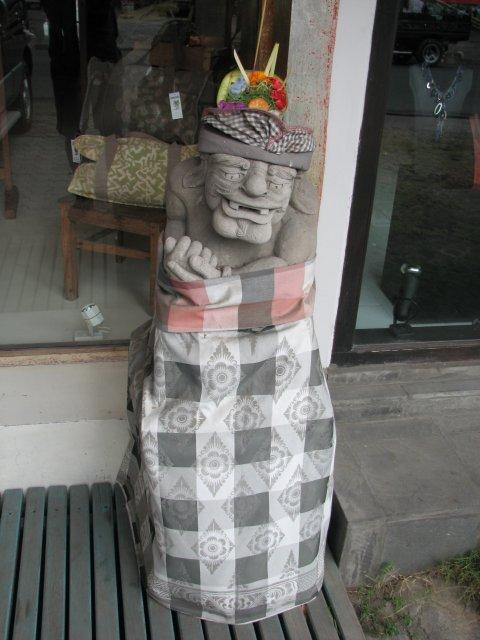 """""""Еда духов"""" на статуе, Бали"""
