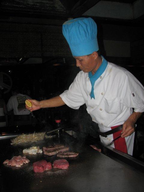 Приготовление стэйка, японский ресторан KOBE, Гавайи