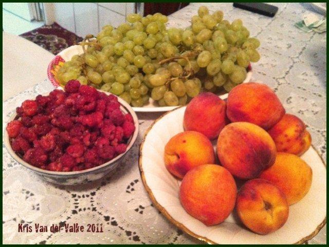 Накупили фруктов. Большой лоток малины – 9 сомониев, килограмм персиков – 5 сомониев, килограмм винограда – 2.5 сомония.