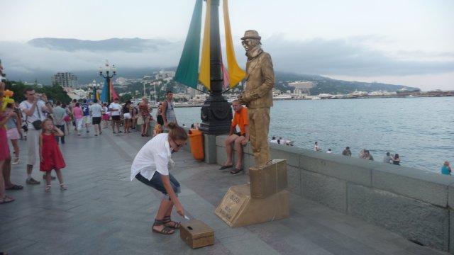 Живая статуя на набережной, Крым