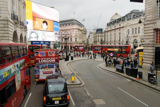 Красные двухэтажные автобусы в Лондоне