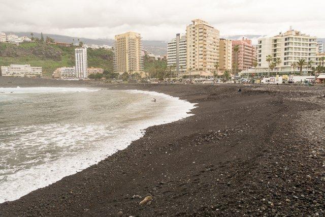 пляж с черным песком Пуэрто-де-ла-Круз, север Тенерифе