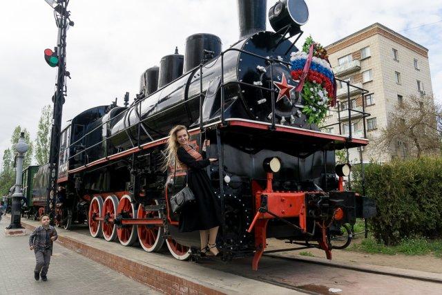 Поезд рядом с музеем-панорамой «Сталинградская битва»