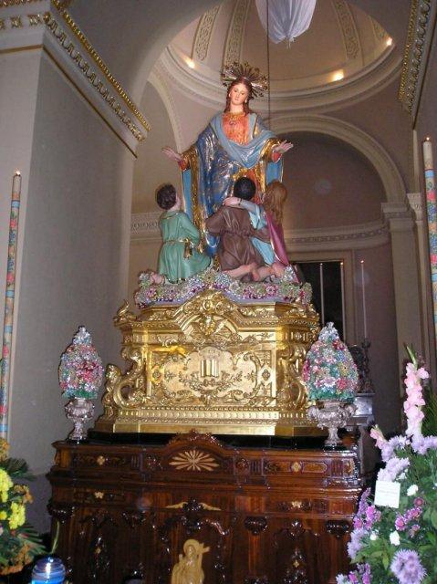 Статуя Пресвятой Девы Марии с поклоняющимися детьми в Кафедральном соборе халь-Таршина