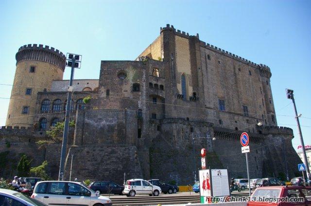 Castel Nuovo, построенный Карлом Анжуйским, королем Сицилии и Неаполя, графом Анжу, Мэна, Прованса и пр.