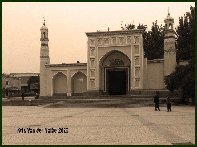 А это – та самая мечеть «Ид ках», самая большая в Китае. (Куда же меньше?! Зажали китайцы муслимов совсем!)