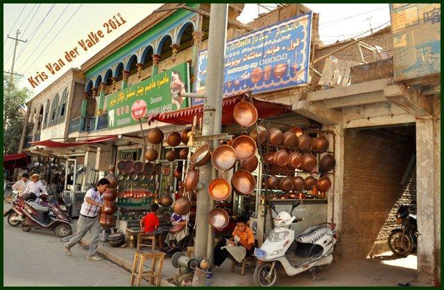 В старом городе много всяческих магазинчиков с медной чеканкой и прочей сувениркой. Спрос есть, ибо китайских, а также, западных