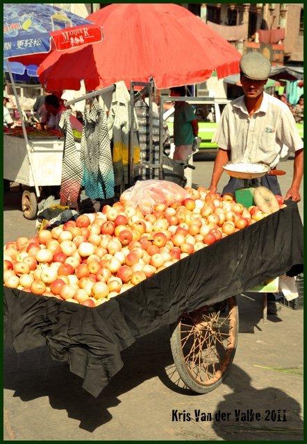 Он: «что ты на меня тычешь своим надкусанным яблочком?? У меня все – настоящие и хорошие!»