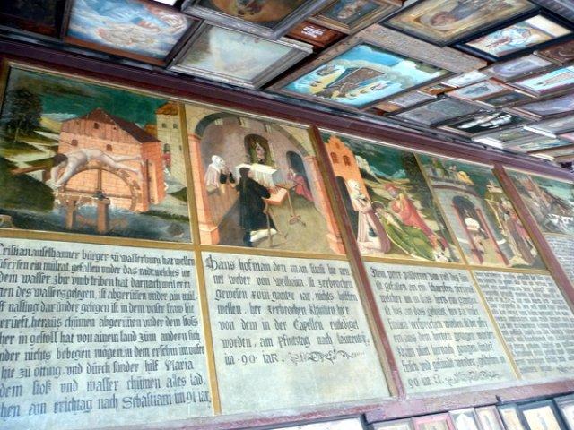 Картины на стенах часовни