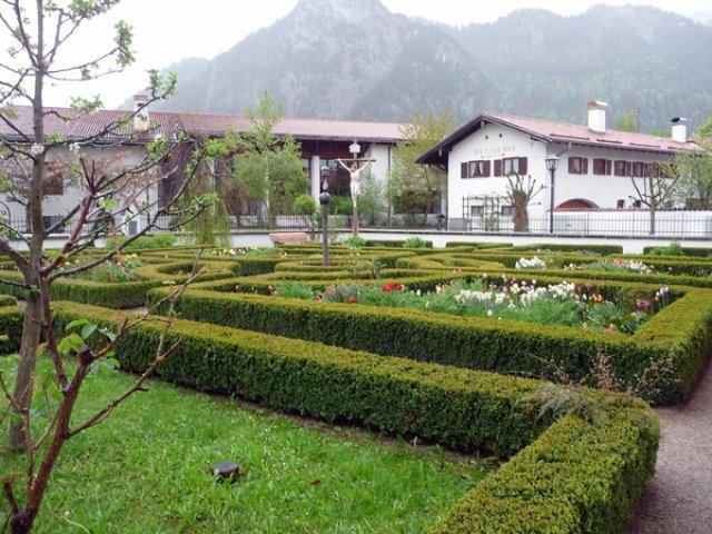 В саду этого дома