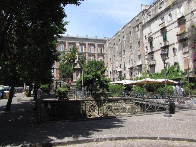 Площадь Беллини, Неаполь, Италия