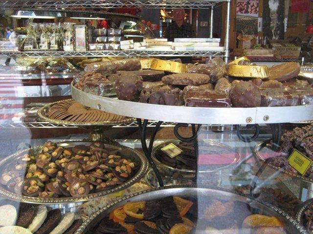Рождественские сладости в витрине магазина Андорра-Ла-Веллы