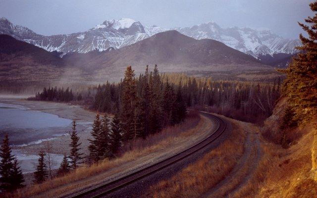 Железная дорога вдоль реки Атабаска у озера Брюль, Канада