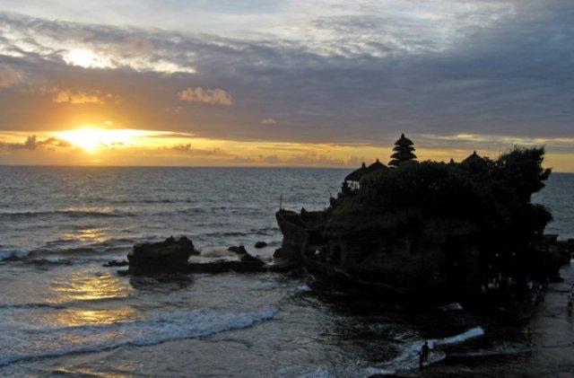 Закат на Бали у храма