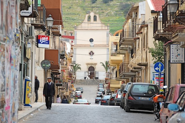 Улочка города Каттолика, Италия