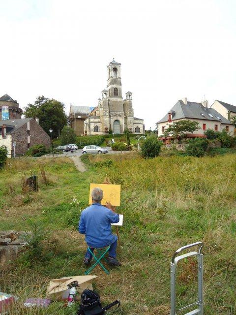 Художник, рисующий храм Бретани, Франция