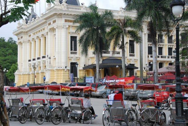 Велорикши и Дом Оперы в Ханое, Вьетнам