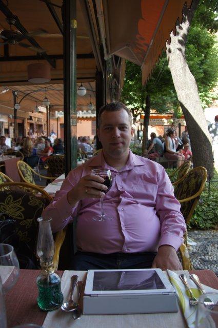 В кафе на площади Биб Рамбла, Гранада, Испания