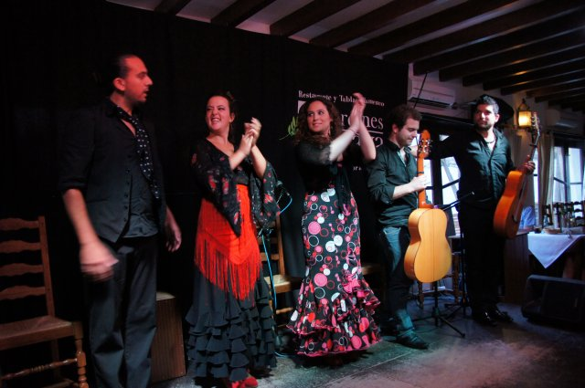 Приветствие артистов на фламенко-шоу Jardines de Zoraya. Гранада, Испания. Май, 2012