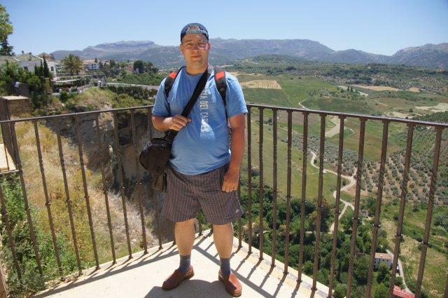 Саша на фоне прекрасных пейзажей Ронды, Испания