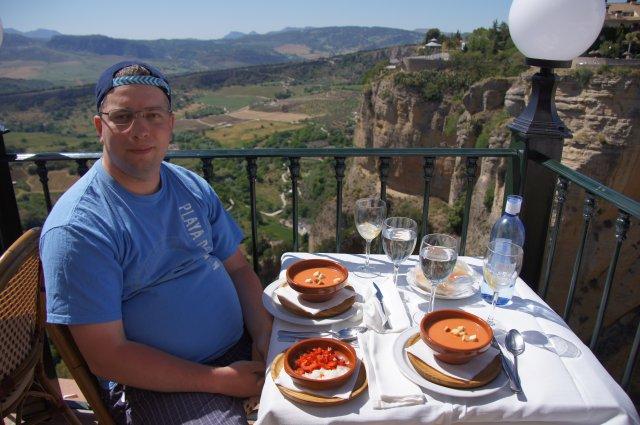 Обед в ресторане с видом на скалы и мост, Ронда, Испания