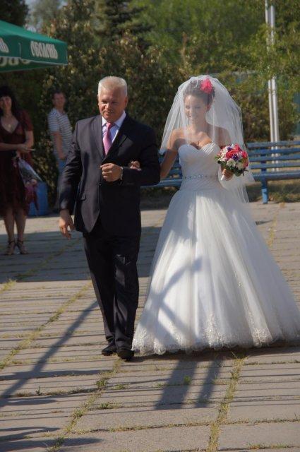 Отец сопровождает невесту