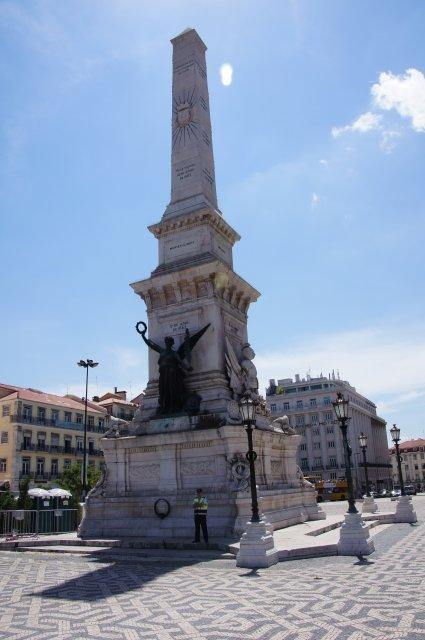Стелла на площади Рестаурадореш, Лиссабон, Португалия