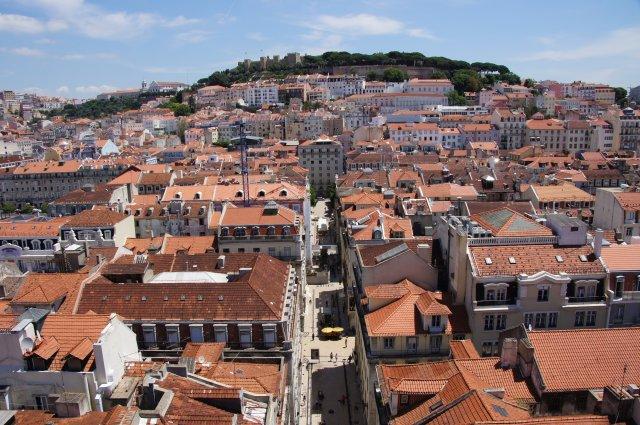 Вид на Лиссабон и замок Святого Георгия с подъемника Санта-Жушта, Португалия