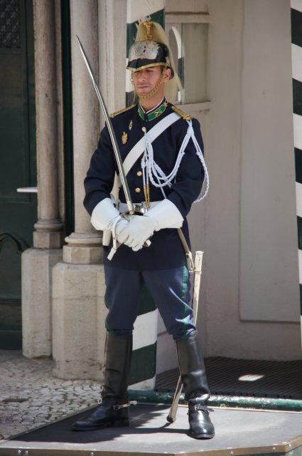 Придремавший на службе караульный, Лиссабон, Португалия