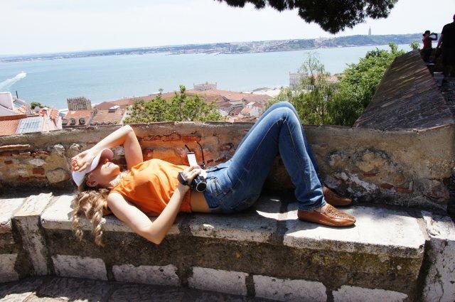 Сиеста на башне крепости Сан-Жоржи. Лиссабон, Португалия. Май, 2012