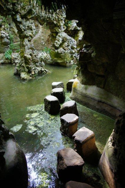 Каменные следы для выхода из подземного туннеля