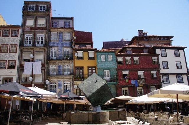 Дома и кафе на набережной Порту