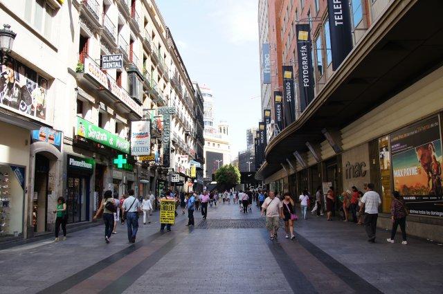 Оживленная торговая улица в Мадриде, Испания