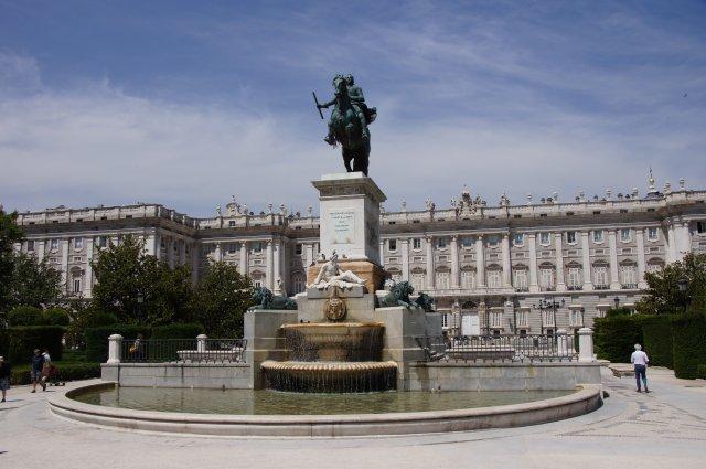 Конная статуя Филиппа III перед Королевским Дворцом Мадрида, Испания