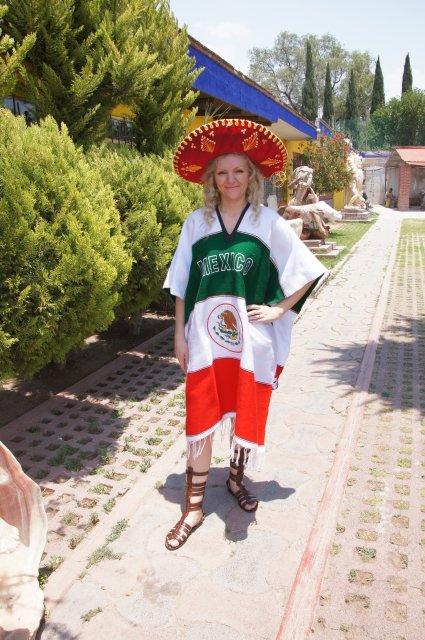 В мексиканском пончо и сомбреро