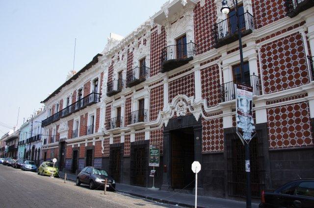 Фасады зданий в Пуэбле, украшенные керамикой, Мексика
