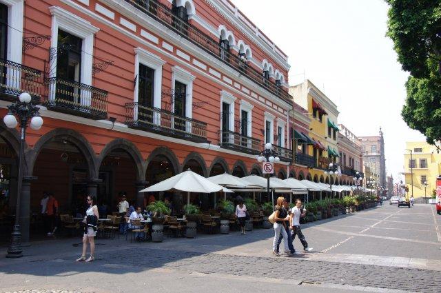 Кафе и рестораны на площади Сокало в Пуэбле, Мексика