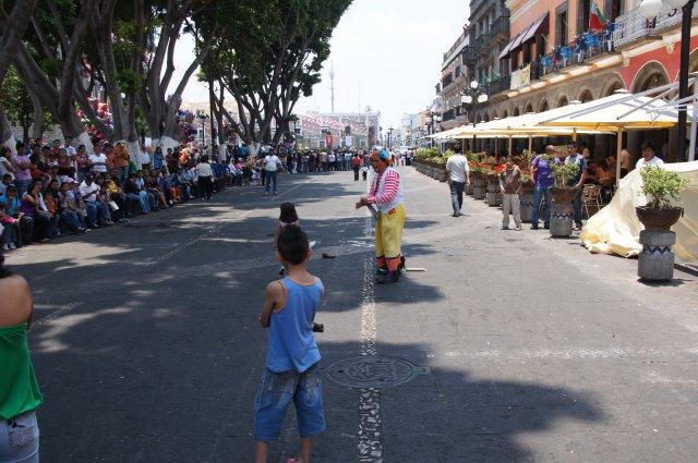 Детские эстафеты на площади Сокало в Пуэбле, Мексика