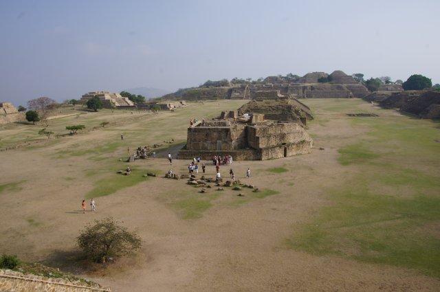 Вид с Южной платформы на древний город Монте-Альбан, Оахака, Мексика