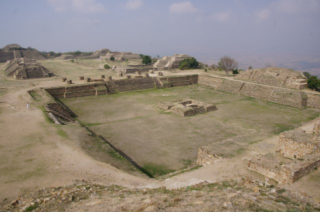 Главная площадь древнего города Монте-Альбан, Оахака, Мексика