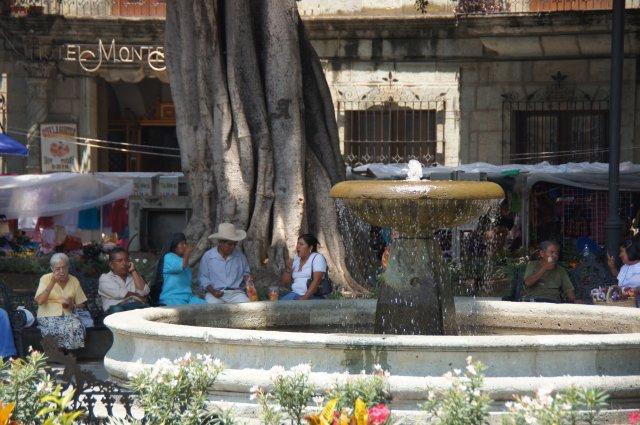Небольшой фонтанчик в центре площади Сокало, Оахака, Мексика