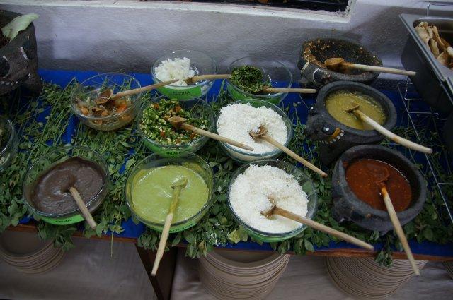 Соусы в ресторане La Choza, Оахака, Мексика