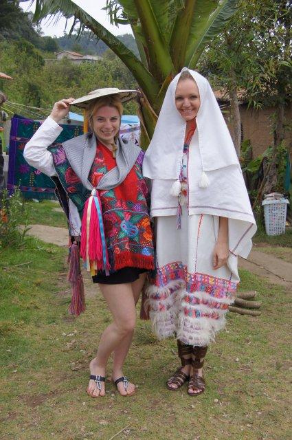 Свадебный наряд молодоженов деревни Чамула (слева жених, справа невеста), Мексика