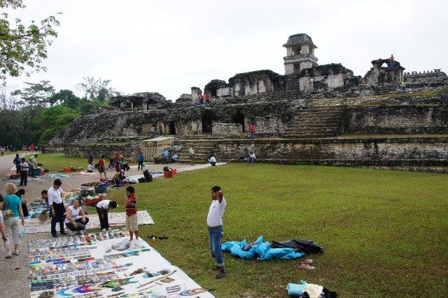 Продавцы сувениров рядом с пирамидами Паленке, Мексика