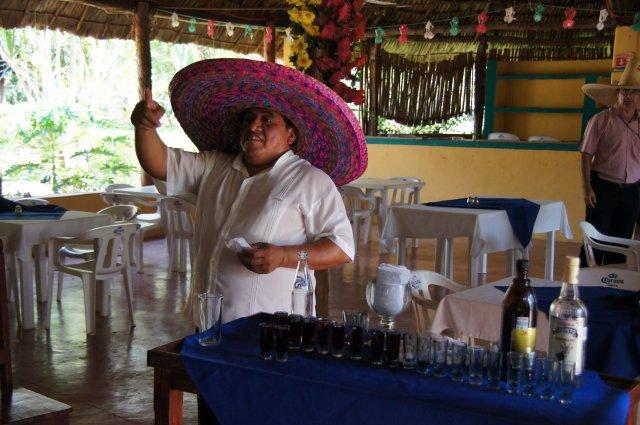 Приготовление чудо-коктейля, ресторан-бар Halach Huinic, Мексика