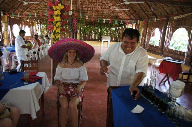 Готовлюсь к принятию чудо-коктейля, ресторан-бар Halach Huinic, Мексика